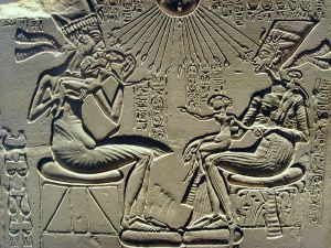 http://precisionartblog.files.wordpress.com/2013/09/800px-akhenaten_nefertiti_and_their_children.jpg?w=300&h=225